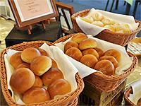 ホテル特製の焼きたてパン